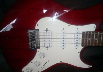 Electric guitar stratocaster & case with tuner